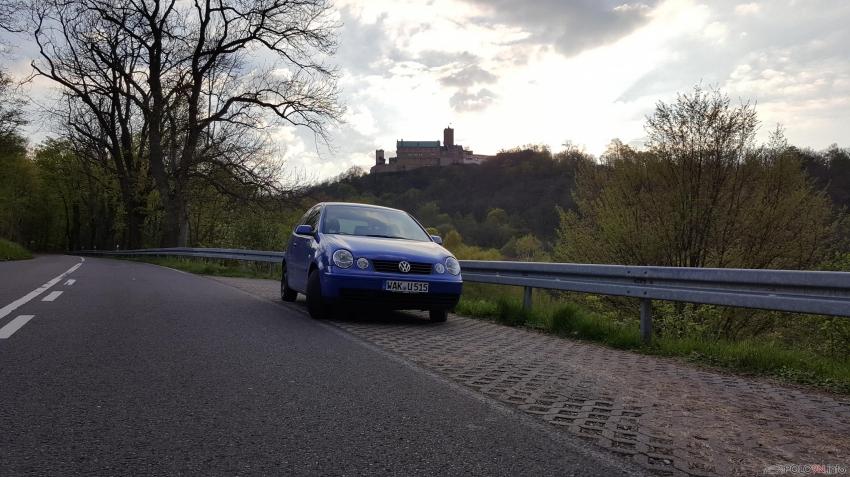 Ein Kleiner Polo vor der Wartburg in Eisenach